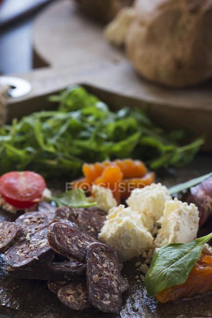 Смачні м'ясних закусок і овочів — стокове фото