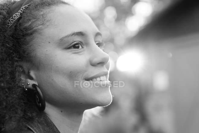 Улыбающаяся девушка позирует на улице — стоковое фото
