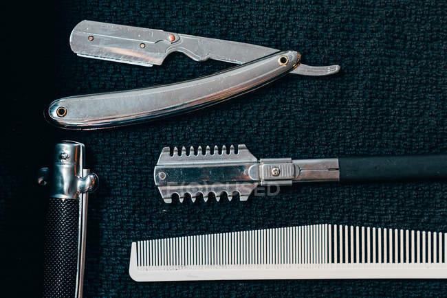 Dall'alto attrezzature diverse per rasatura e taglio di capelli . — Foto stock