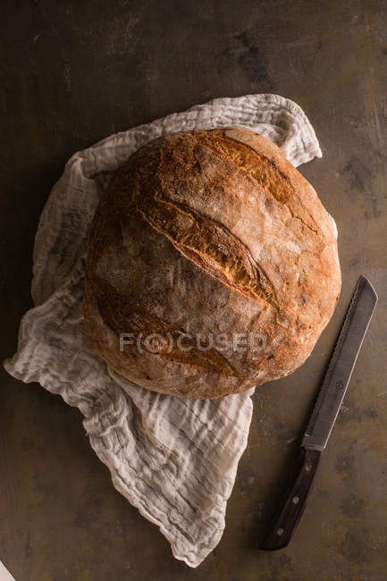 Directly above view of freshly baked bread on towel — Stock Photo