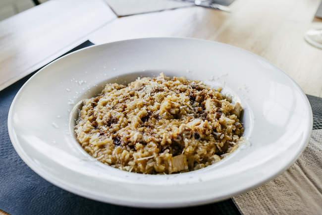 Chiuda sulla vista di riso con pollo e salsicce sulla piastra — Foto stock