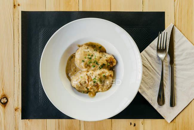 Direttamente sopra la vista di peperoni ripieni con salsa sul piatto — Foto stock