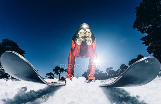 Homem praticando esqui de velocidade contra o céu azul claro — Fotografia de Stock