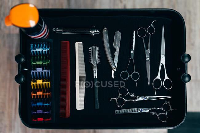 Vue du dessus des ciseaux et peignes professionnels pour barbier — Photo de stock