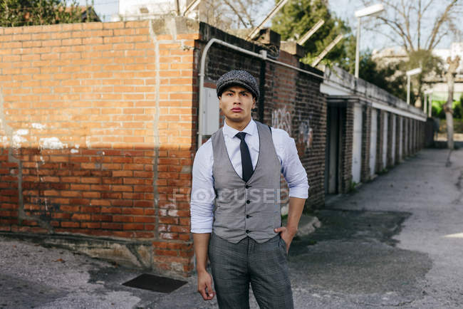 Stylish man in vintage clothes posing on street — Stock Photo