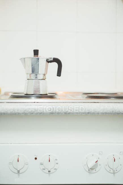 Металеві кавник опалення на піч кухні в домашніх умовах. — стокове фото