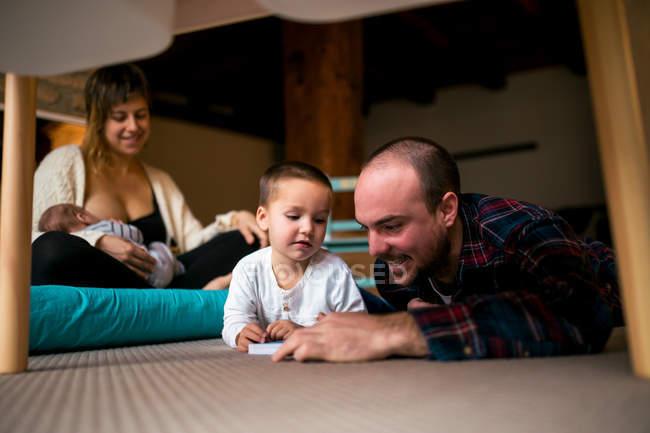Glückliche Familie Lesebuch — Stockfoto