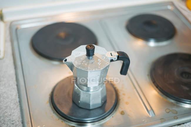 Vue rapprochée du pot métallique sur le poêle — Photo de stock