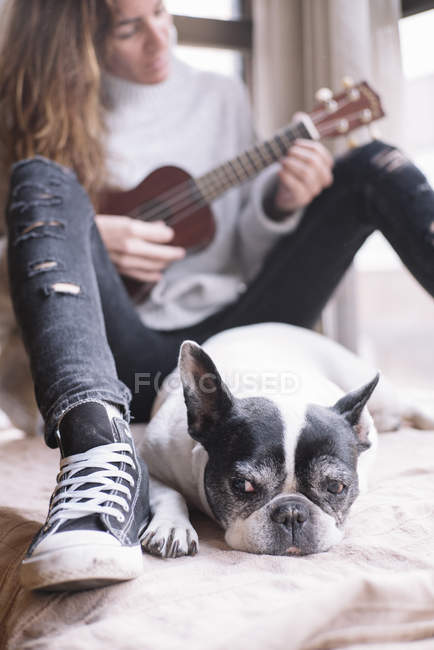Woman and dog relaxing at home — Stock Photo