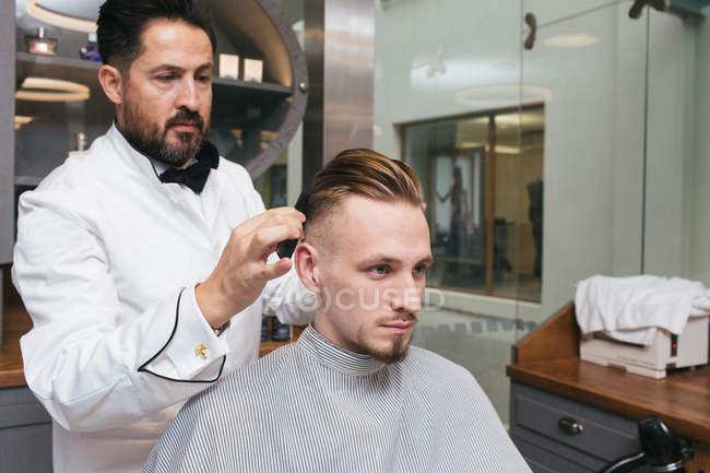 Укладки волос Парикмахерская мужской клиента — стоковое фото