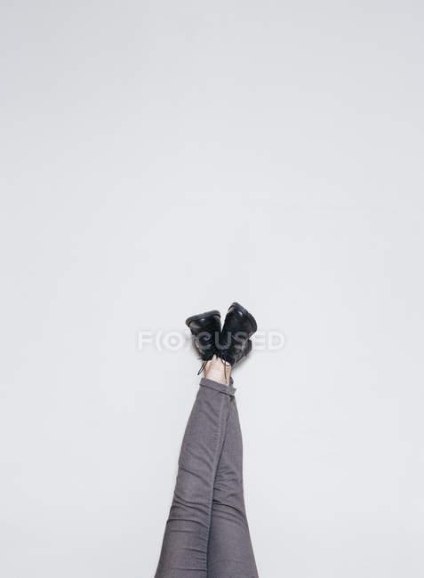 Pernas de colheita em botas elegantes na parede — Fotografia de Stock