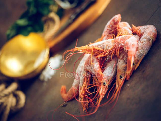 Montón de camarones congelados en la mesa - foto de stock