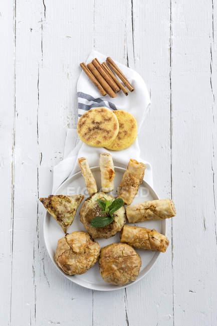 Stillleben mit verschiedenen marokkanisches Essen auf weißen Tisch — Stockfoto