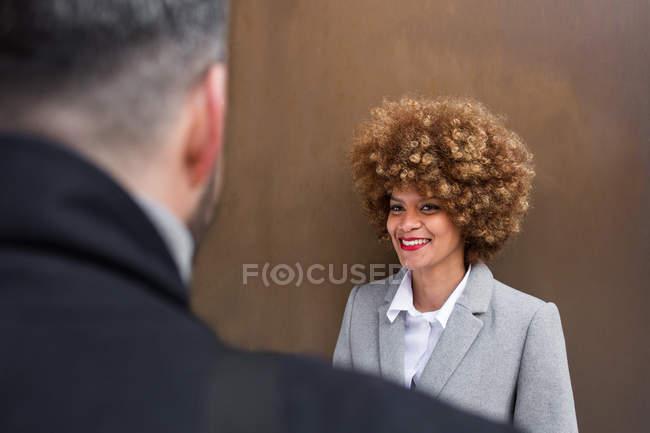 Через плечо зрения веселый взрослой женщины, глядя на бойфренд — стоковое фото