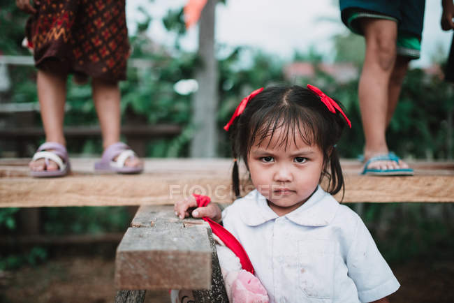 ЛАОС, 4000 ОСТРОВ АРЕЯ: Девушка в школьной форме хмурится и смотрит в камеру . — стоковое фото
