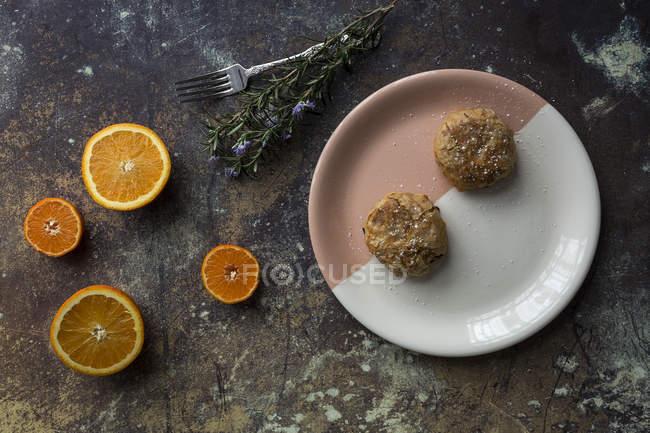 Directamente sobre la vista de falafel en placa y naranja - foto de stock