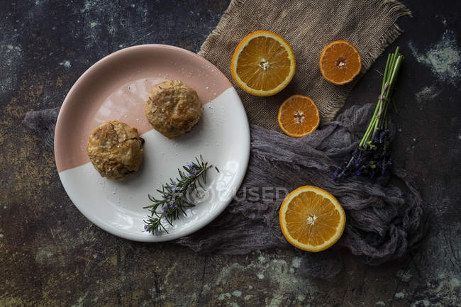 Directamente sobre la vista de falafel en placa y naranja rebanadas sobre mesa - foto de stock