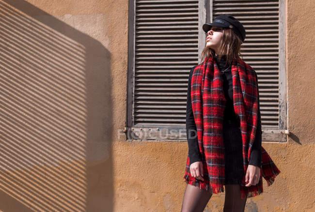 Elegante giovane donna in posa al muro — Foto stock
