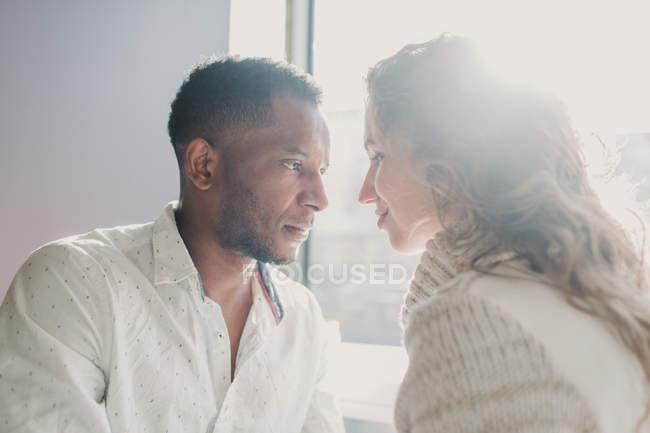 Paar in Pullover verbinden durch Fenster und sahen einander — Stockfoto