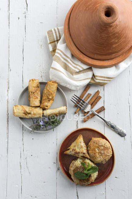 Типові страви марокканської хала і Pastela в плити на білий дерев'яний стіл — стокове фото