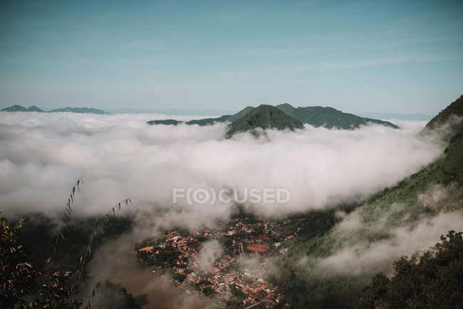 Clouds floating along mountain peaks — Stock Photo
