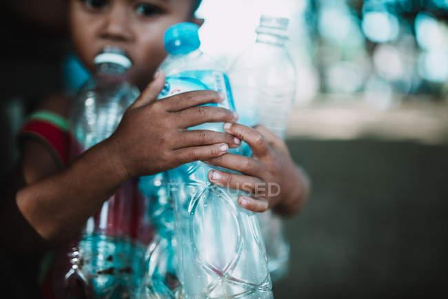 LAOS, 4000 ISOLE AREA: Ragazzo delle colture con bottiglie di plastica — Foto stock