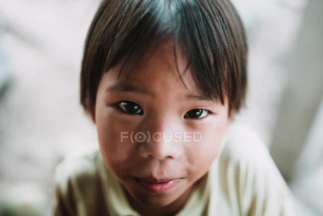 LAOS, 4000 ÎLES : Adorable garçon regardant la caméra — Photo de stock