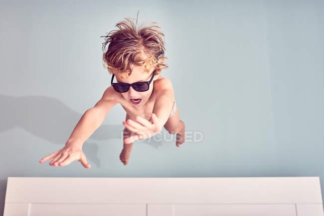 Joyeux jeune garçon dans les lunettes de soleil en plein air — Photo de stock