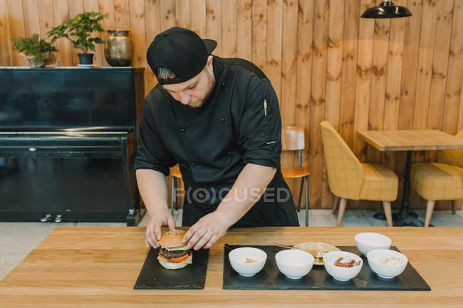 Cucinare hamburger che prepara il contatore al café — Foto stock