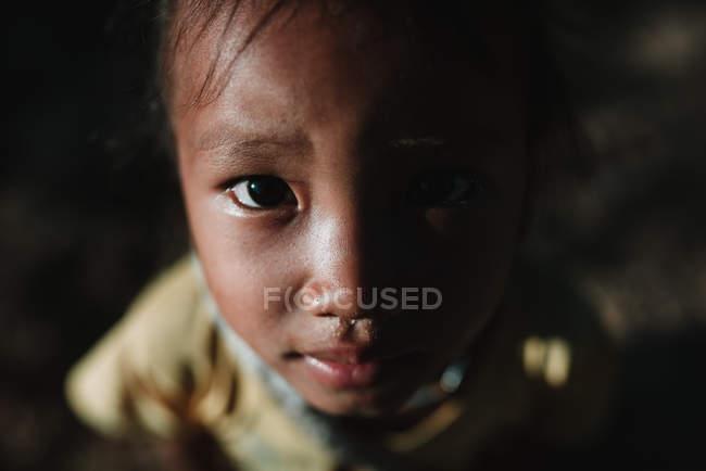 NONG KHIAW, LAOS: Carina ragazza locale che guarda la fotocamera — Foto stock