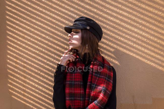 Ragazza riflessiva posa in ombra con mento a portata di mano — Foto stock