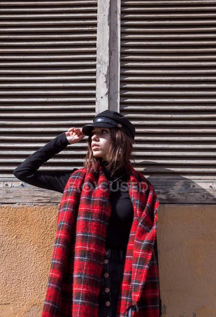 Чуттєвий молода жінка постановки на стіні — стокове фото