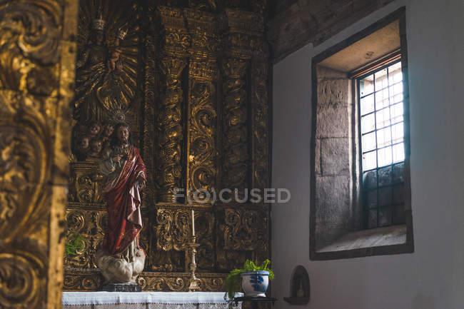 Innenraum der Kathedrale Altar mit religiösen statue — Stockfoto