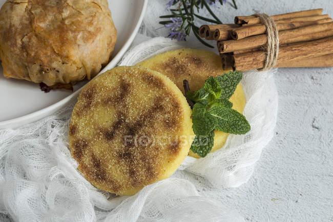 Typisch marokkanische Essen Halal und Pastela auf weiße Fläche — Stockfoto