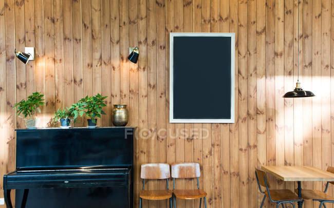 Parete Di Lavagna Prezzo : Lavagna vuota in bianco appeso sulla parete di legno nella sala