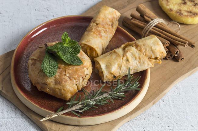 Typisch marokkanische Essen Halal und Pastela auf Holzbrett — Stockfoto