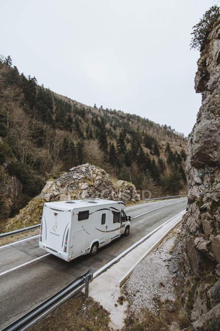 Récréative van de conduite sur route de montagne — Photo de stock