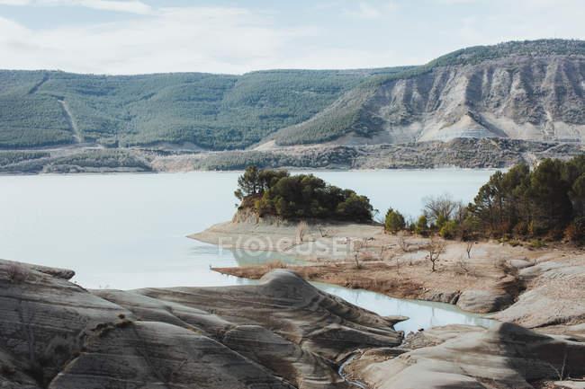Paisaje de lago tranquilo y orilla de montañas - foto de stock