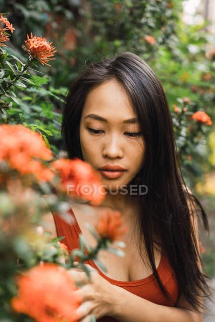 Sinnliche Frau posiert am blühenden Busch — Stockfoto