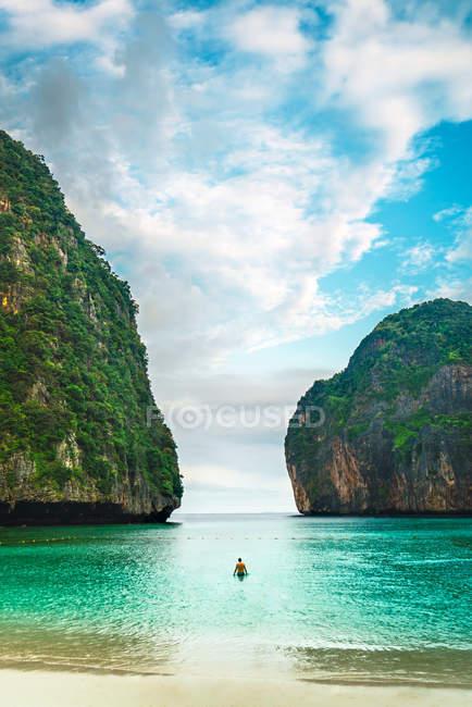 Vista posteriore della persona che naviga in barca nella baia tropicale — Foto stock