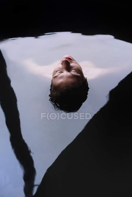 Mulher loira deitado e relaxando na banheira exterior mergulho — Fotografia de Stock