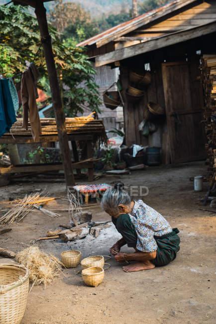 ЛАУС-ФЕВРАРИЯ 18 ФЕВРАЛЯ 2018: Старшая женщина сидит и работает — стоковое фото