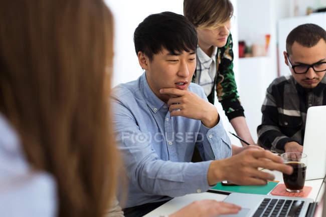 Groupe de joyeux collègues discuter travail question — Photo de stock