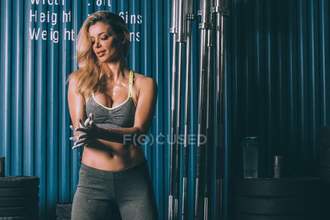 Подтянутая блондинка готовится к тренировкам в спортзале — стоковое фото