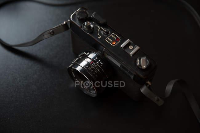 Винтажная аналоговая камера на черном фоне — стоковое фото