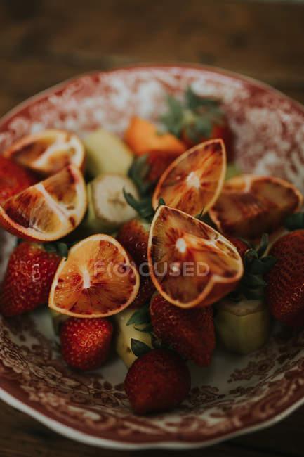 Frutas frescas e suculentas na placa — Fotografia de Stock