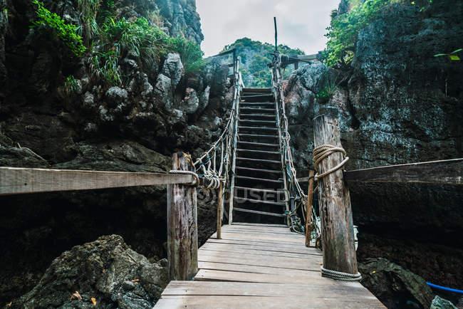 Piccolo ponte in legno e scale nelle montagne tropicali . — Foto stock