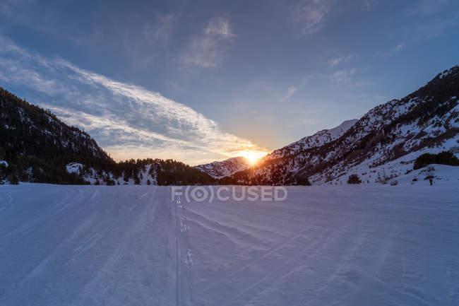 Paysage pittoresque de la vallée de montagne au coucher du soleil — Photo de stock