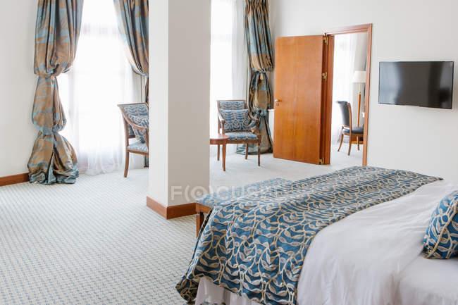 Intérieur de la chambre avec lit blanc et bleu — Photo de stock