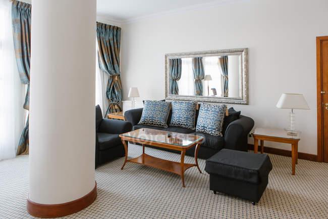 Intérieur du salon de l'hôtel avec canapé et miroir — Photo de stock